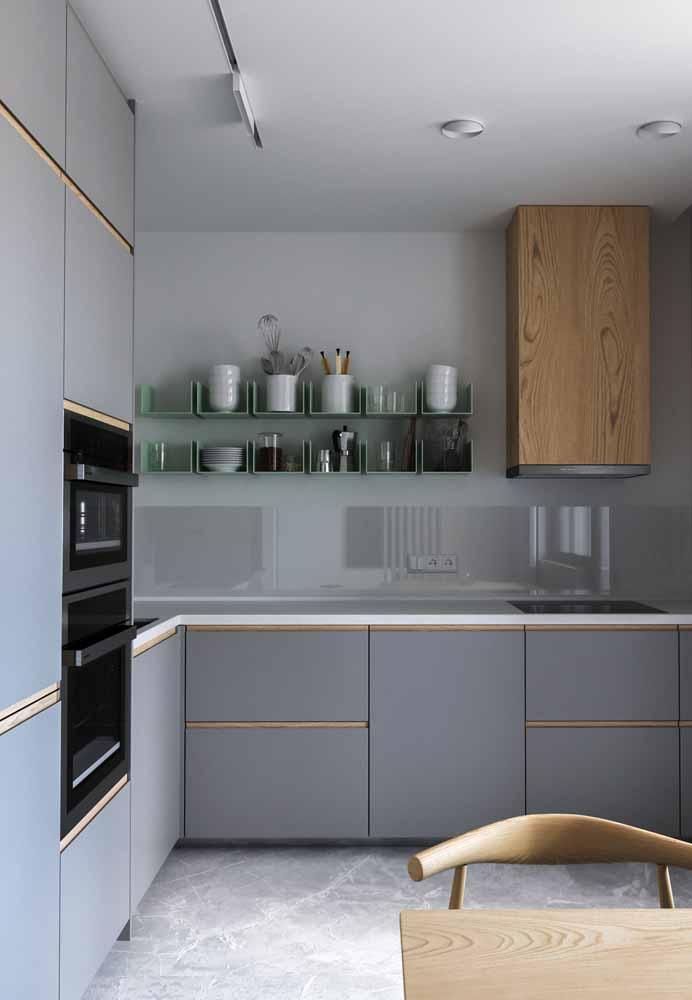 Uma bancada muito clean na cozinha de luxo com cores claras