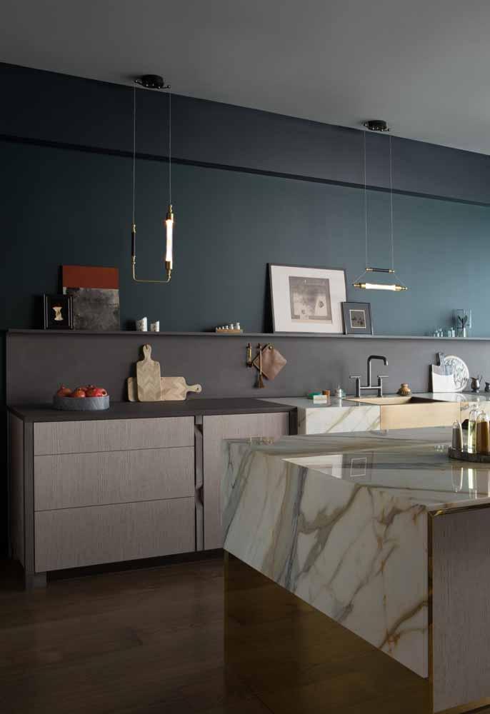 Um toque a mais de luxo com uma decoração super simples nesta cozinha: aposte nos quadros e objetos decorativos em prateleiras longas e estreitas