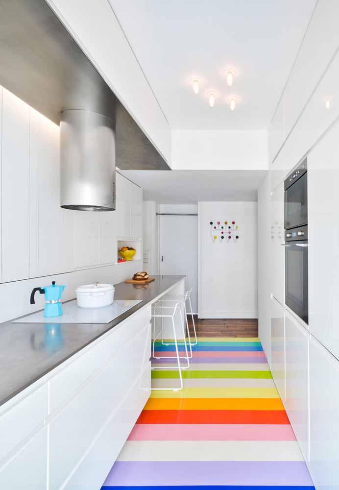 Passarela colorida na cozinha de luxo pequena: uma ótima ideia para inserir cores de forma não-óbvia