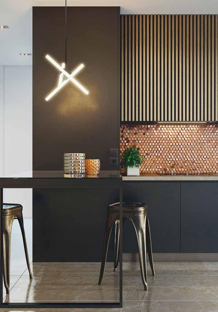 Os tons metálicos, como o dourado e o bronze trazem um tom mais glamouroso perfeito para a sua cozinha de luxo