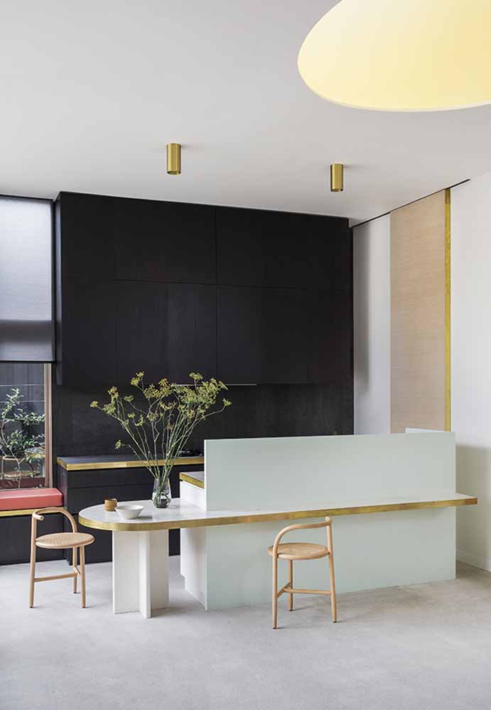 O ambiente com pé-direto alto é sempre um deslumbre, e nesta cozinha luxuosa moderna ganha mais amplitude e sofisticação