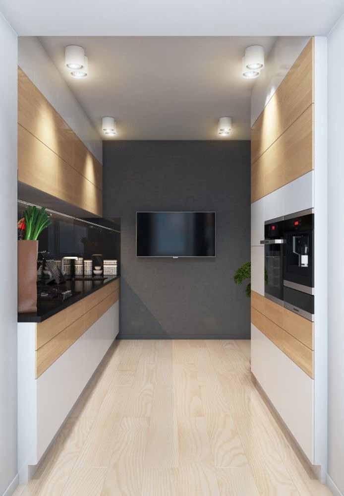 Para quem não abre mão de ver sua novela, telejornal ou série favorita, uma televisão tecnológica na parede da cozinha é a solução certeira