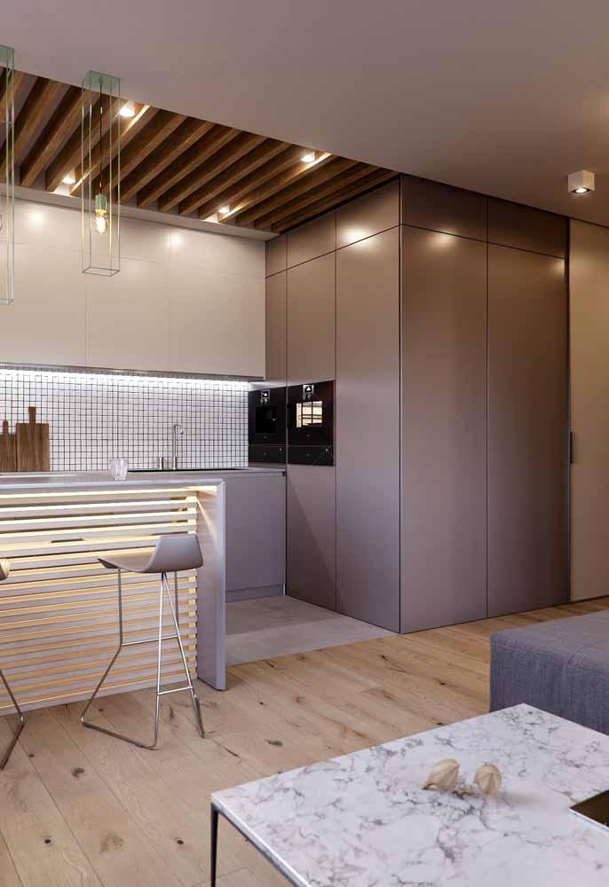 Mais uma ideia de iluminação descentralizada e embutida no teto para a sua cozinha
