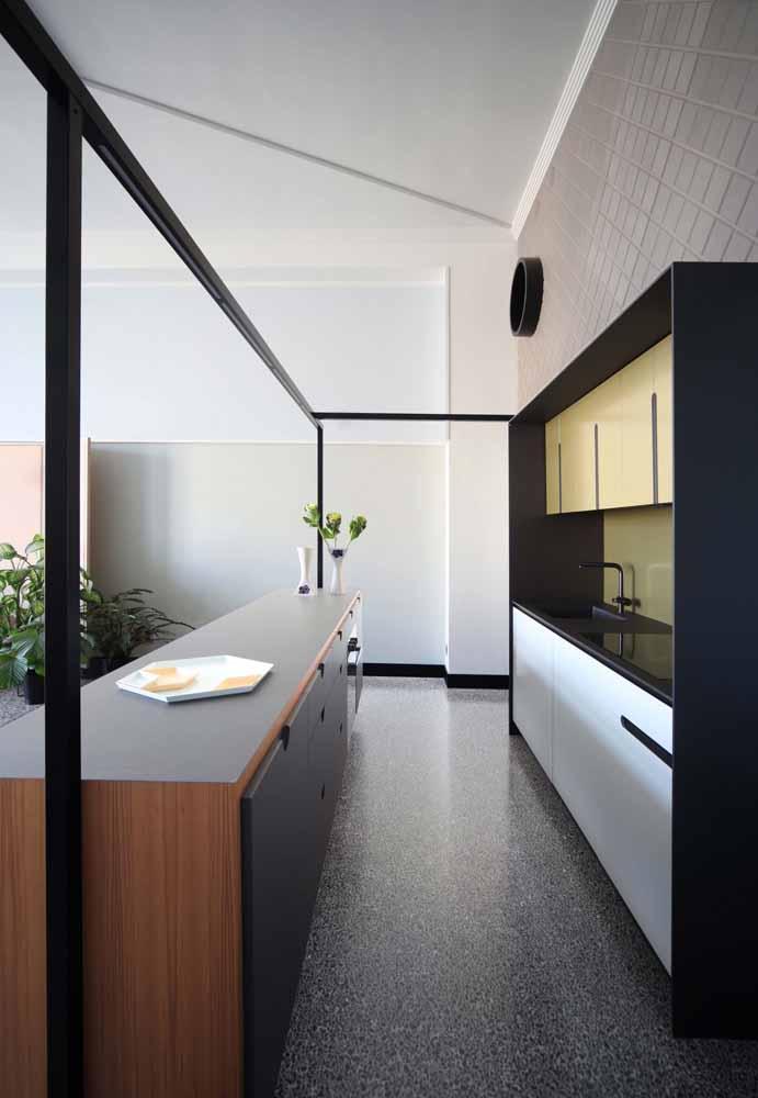 Cozinha de luxo moderna em duas linhas completamente diferentes no estilo contemporâneo