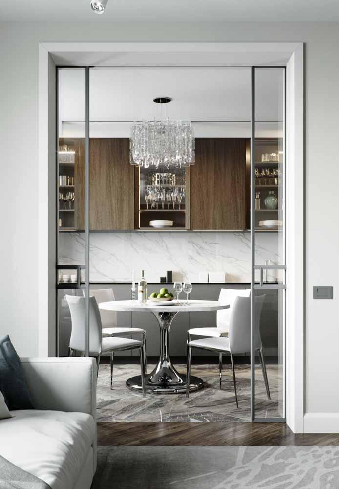 Branco, cromado e preto fosco como principal destaque para esta cozinha de luxo