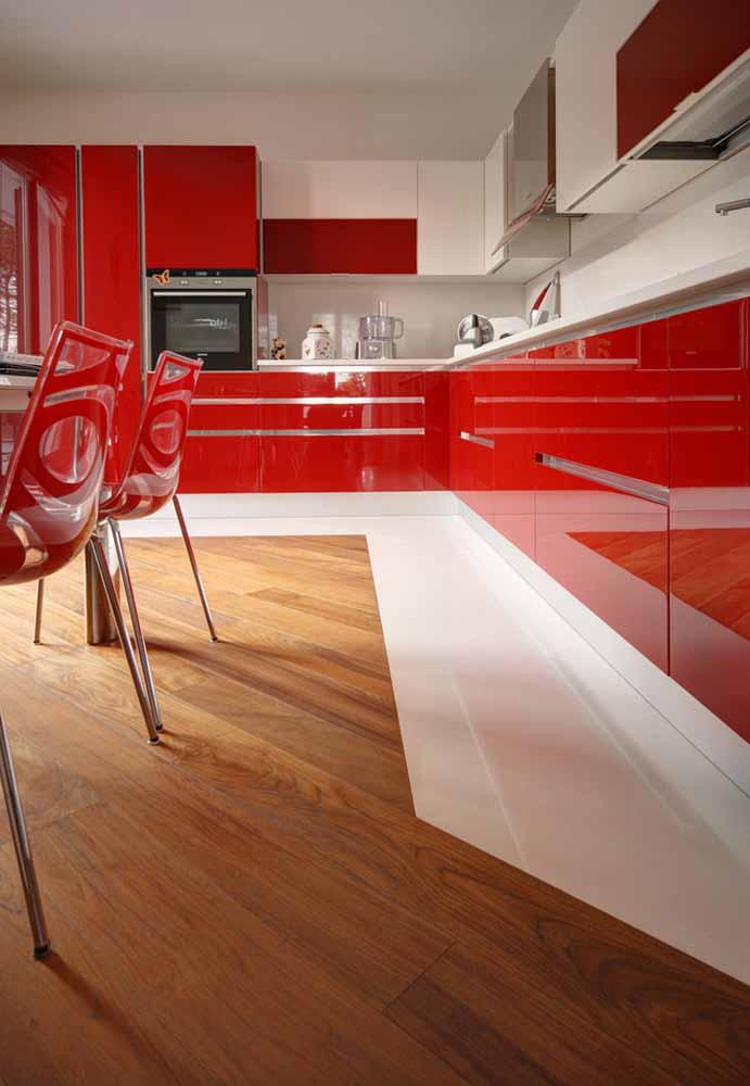 Vermelho esmaltado chamando todas as atenções nesta cozinha de luxo grande