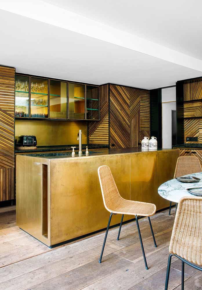 Tons quentes de dourado e amarronzado dando um tom ainda mais glamoroso para esta cozinha