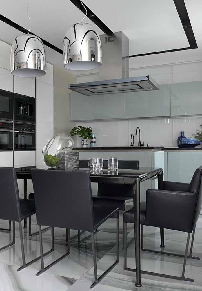 Preto e cromado como uma combinação sofisticada e perfeita para uma cozinha de luxo