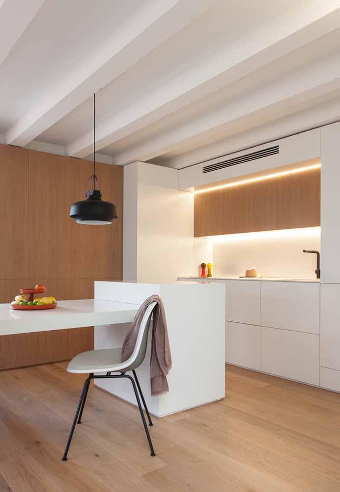 A iluminação focada com fitas de led dá destaque ao mesmo tempo em que facilita a utilização da bancada de preparo
