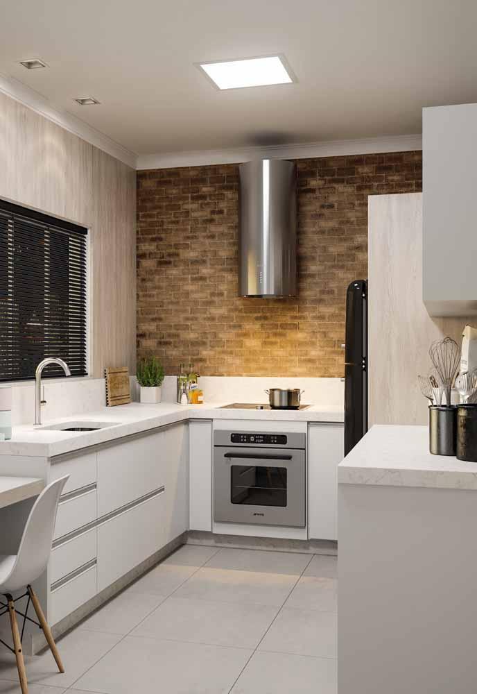 Cozinha simples muito bem planejada em tons claros!