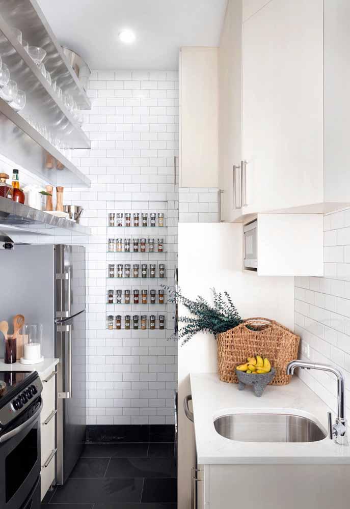 Cozinha simples e arrumada num segundo: aposte nos organizadores e nas prateleiras onde cada coisa tem o seu lugar