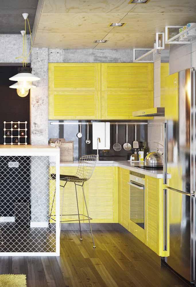 Amarelo e cinza como uma combinação contemporânea que funciona até mesmo para as cozinhas simples