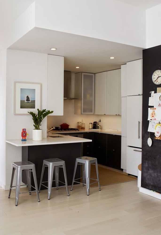 O segredo de usar tons escuros na cozinha sem perder a iluminação é inserir estas cores em pontos mais afastados do foco de luz, seja ele artificial ou natural