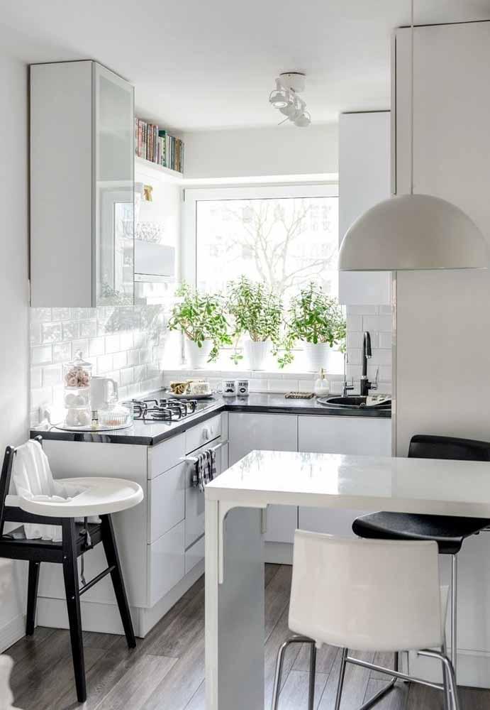 Cozinha simples e pequena: aproveita a luz natural da janela para trazer mais amplitude para o espaço e até mesmo cultivar uma hortinha de temperos!