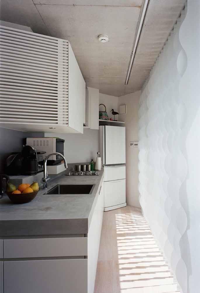 Para cozinhas pequenas e compridas, aposte em armários suspensos ou prateleiras que vão até o teto, assim você cria espaço útil para guardar seus itens de forma confortável