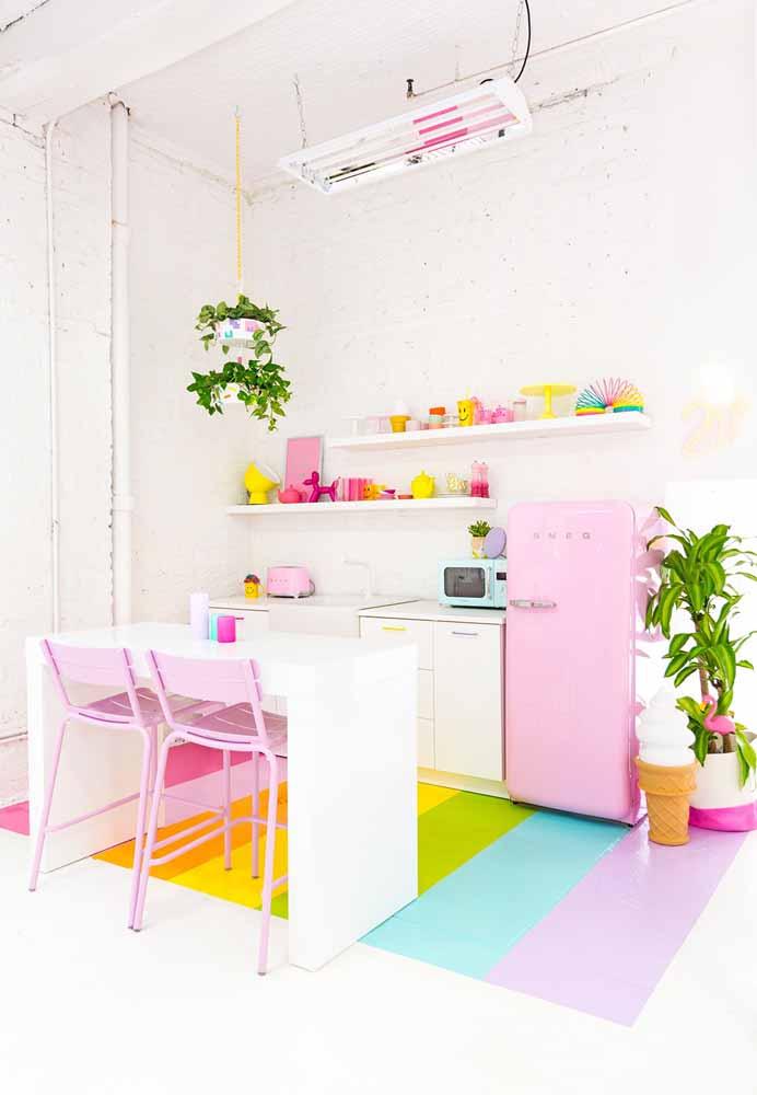 Cozinha simples e arco-íris: aposte nas prateleiras para decorar expondo seus utensílios e louças super fofos e coloridos