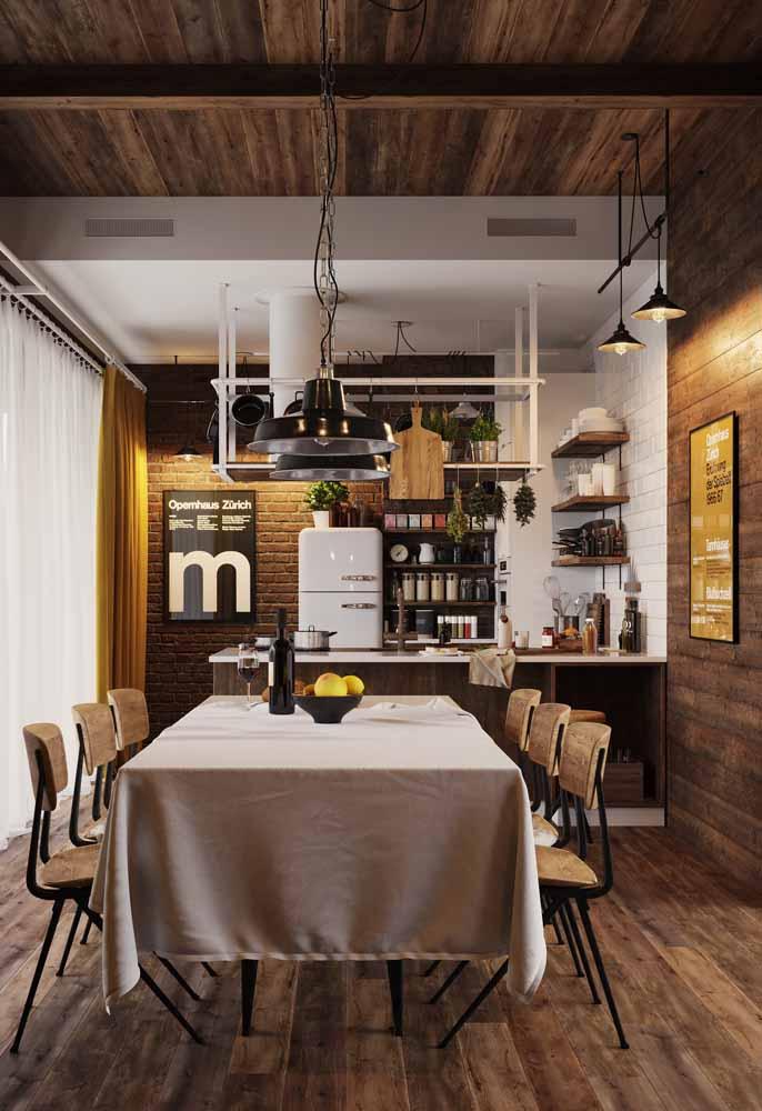 Tons de marrom em uma cozinha simples com sala de estar: nestes casos, vale aproveitar a deixa e inserir plantinhas e até suportes para secar ervas, trazendo um tom mais rústico para a decoração