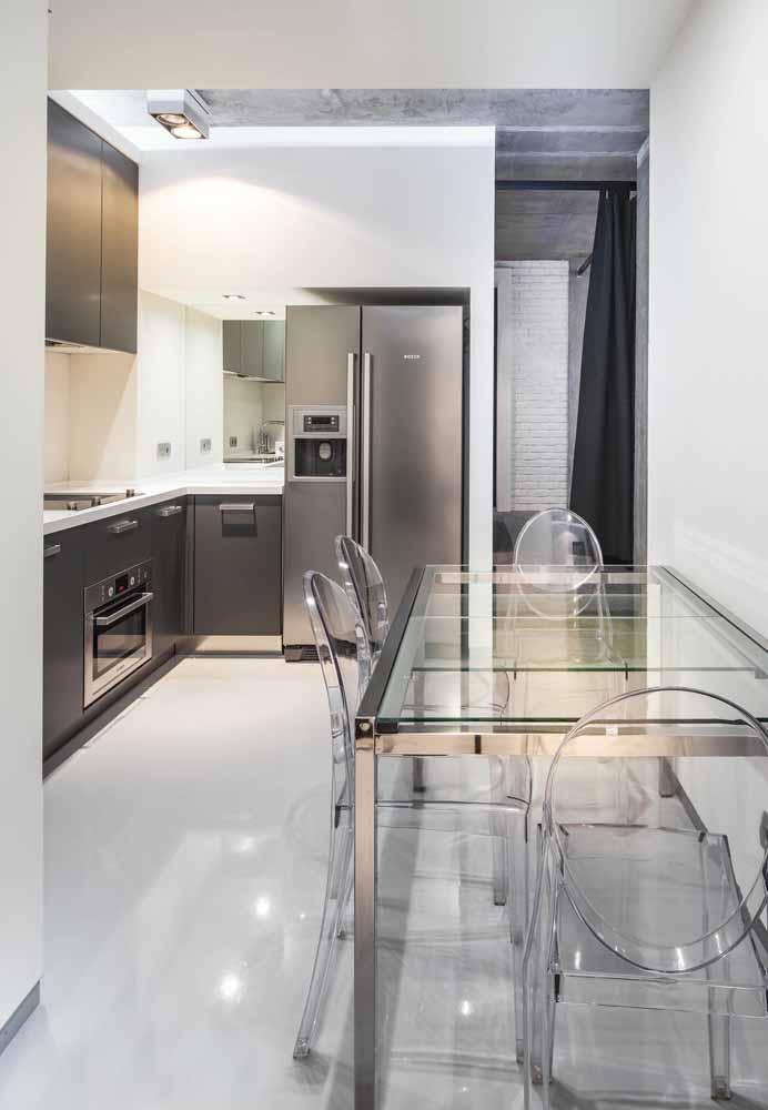 Cinza e aço inox para esta cozinha simples e alinhada às tendências tecnológicas