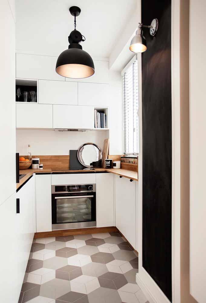 Cozinha simples e pequena em branco: luz natural para dar amplitude ao espaço