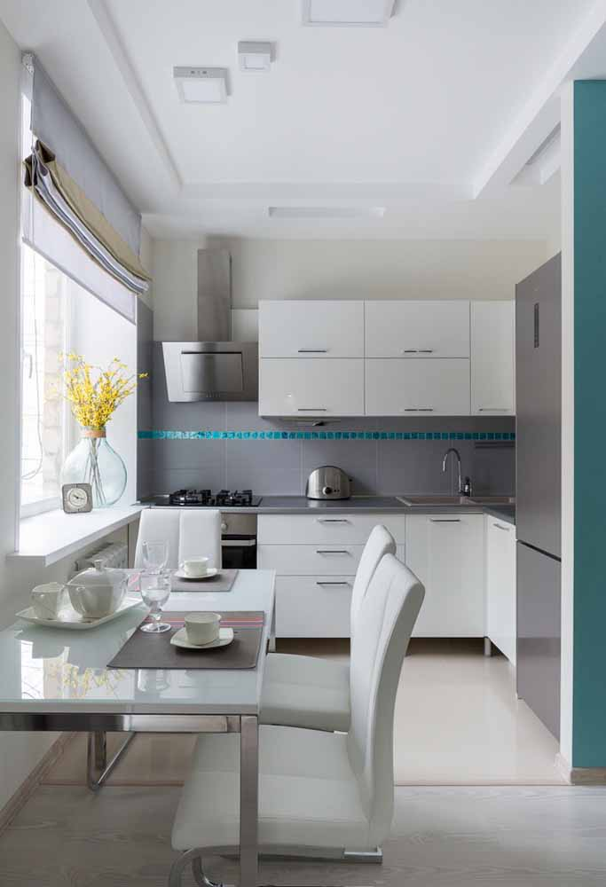 Branco e cinza com detalhes em azul turquesa para esta cozinha simples e elegante