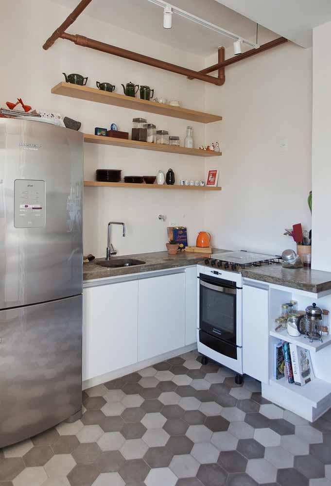 Cozinha simples e barata com prateleiras: o uso destas chapas de madeira ou MDF é uma tendência da decoração e ótima para quem quer economizar na compra de armários