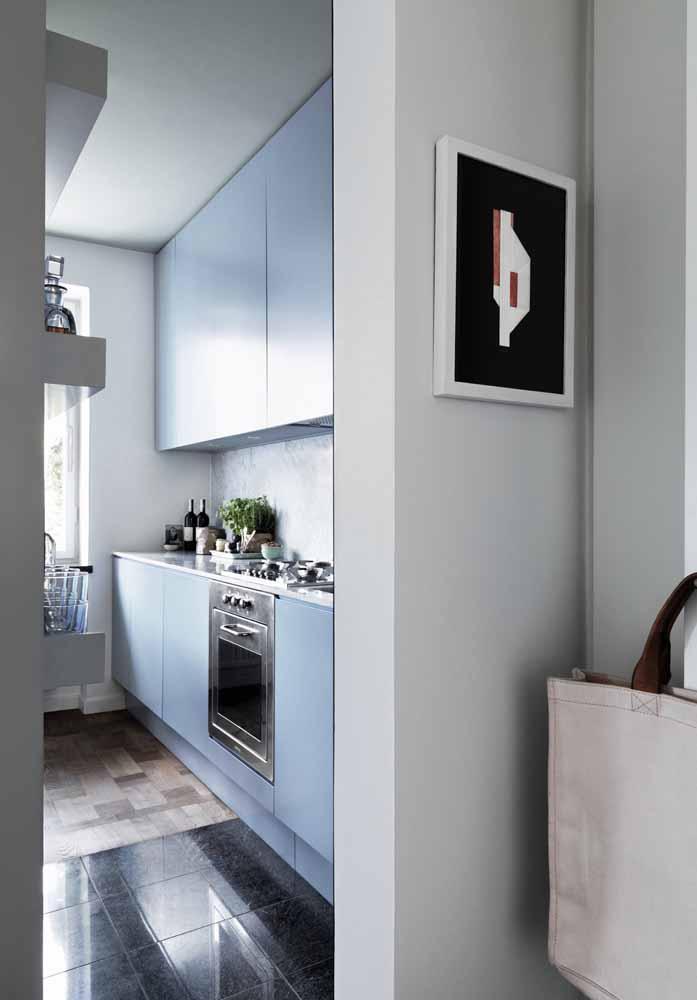 Cozinha simples estreita em azul claro: um tom para trazer mais tranquilidade e conforto para o espaço pequeno