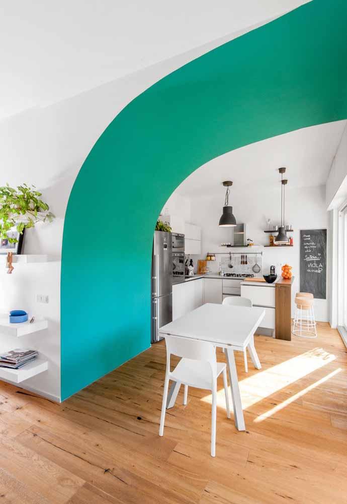 Uma cozinha simples combinada com uma sala de estar cheia de energia e criatividade