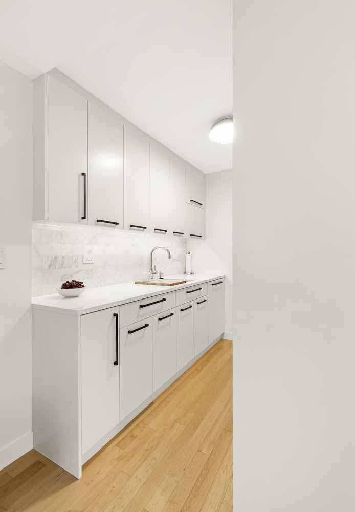 Outra ideia para embarcar no estilo minimalista e construir uma cozinha simples e prática