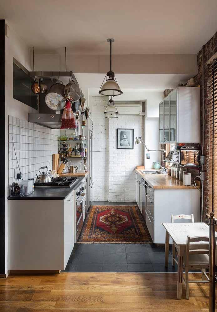 Cozinha simples e prática para facilitar o dia-a-dia e os preparos de refeições: as prateleiras e ganchos te ajudam a ter tudo à mão quando você precisa agilizar