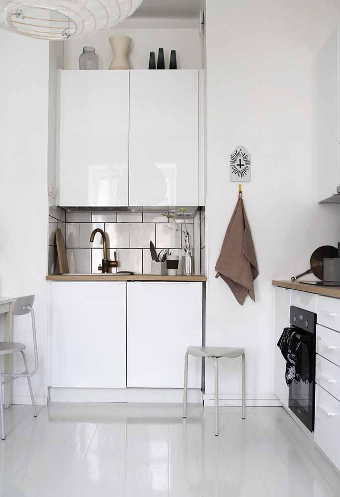 Para aqueles armários suspensos que não vão até o teto, você pode usá-los como apoio para decorações ou outros itens utilitários para a sua cozinha