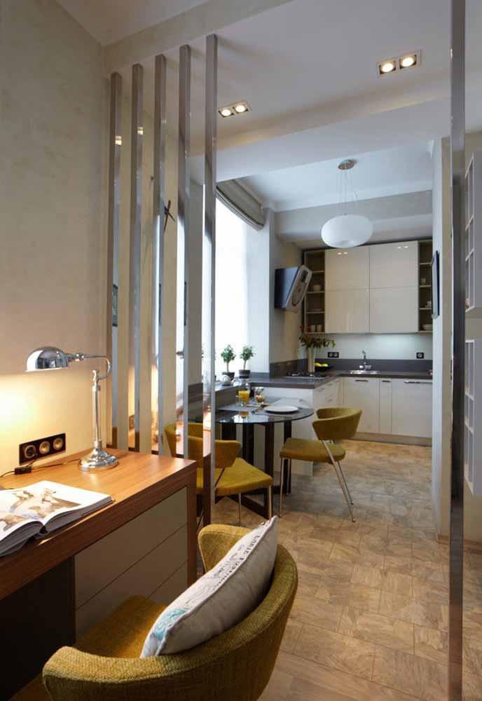 Uma ideia de decoração de cozinha simples e agradável é encaixar o armário suspenso somente em uma parede, deixando as outras livres