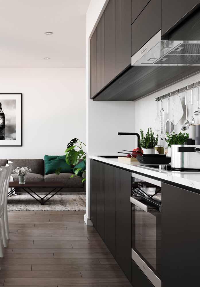 Cozinha simples e em consonância com a decoração do resto da casa