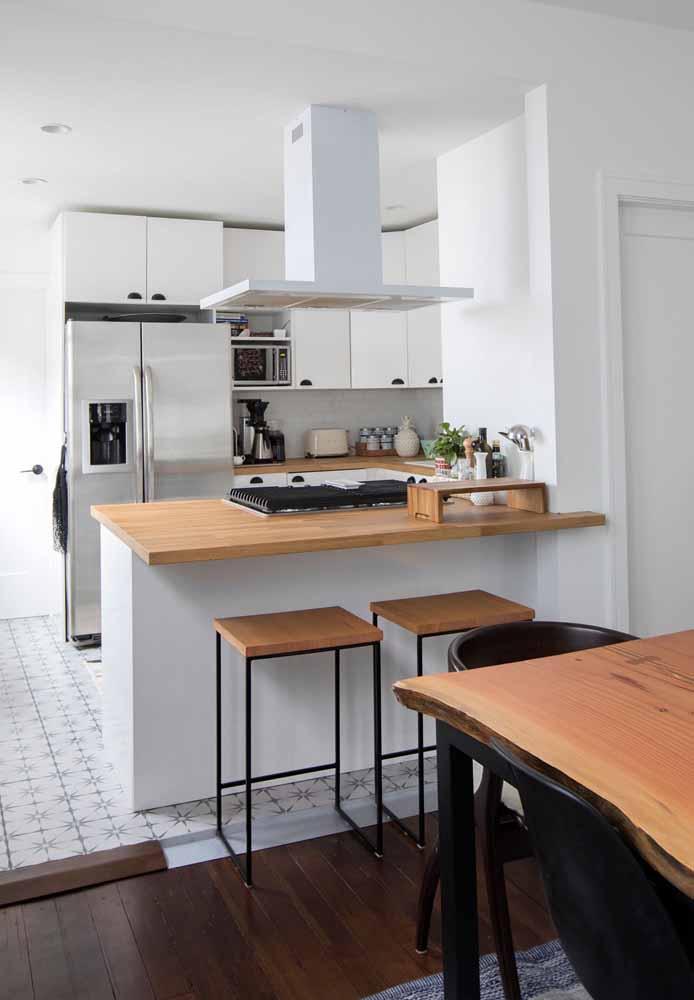 Cozinha simples e bonita com bancada que serve tanto para o encaixe do fogão quanto para as refeições rápidas