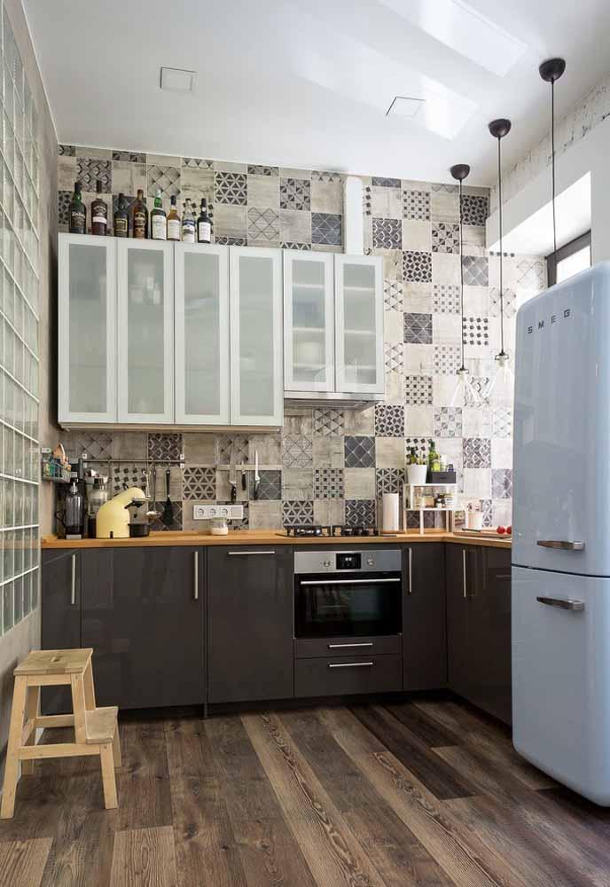 E os armários suspensos não precisam fazer pares com os armários de chão, mas uma combinação entre eles é imprescindível para as cozinhas simples