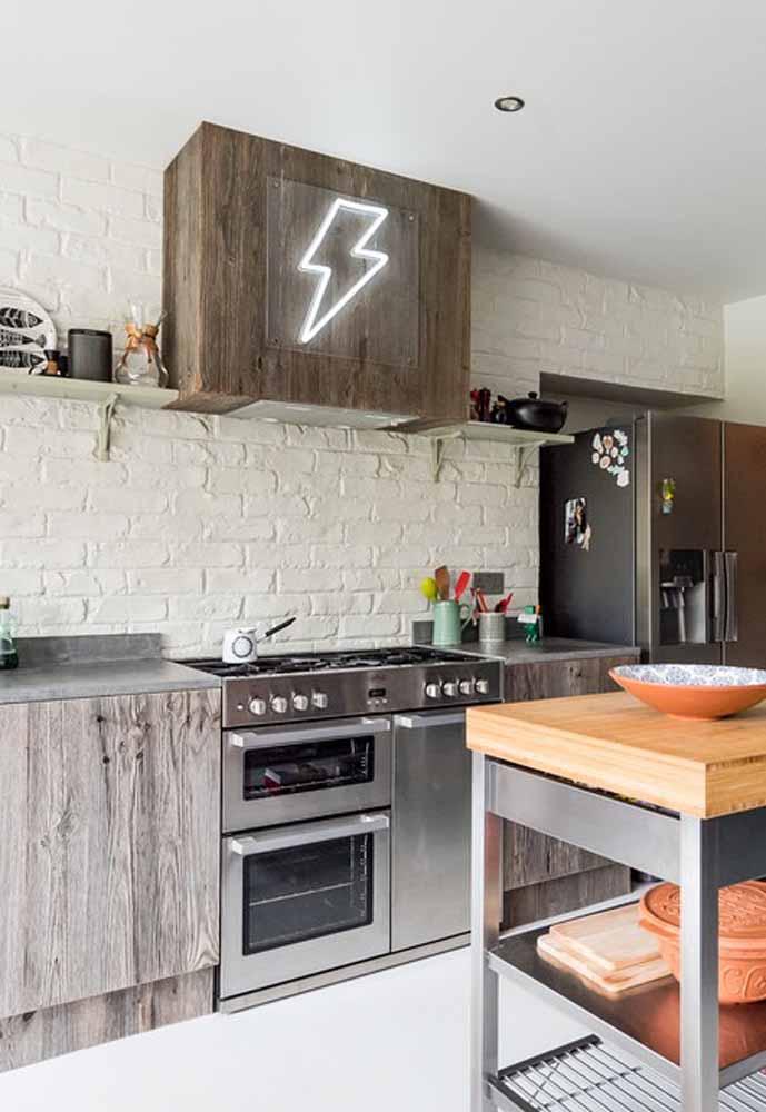 Traga mais diversão para a sua cozinha simples, sim! Esta aqui ganhou uma placa iluminada de raio, tipo David Bowie