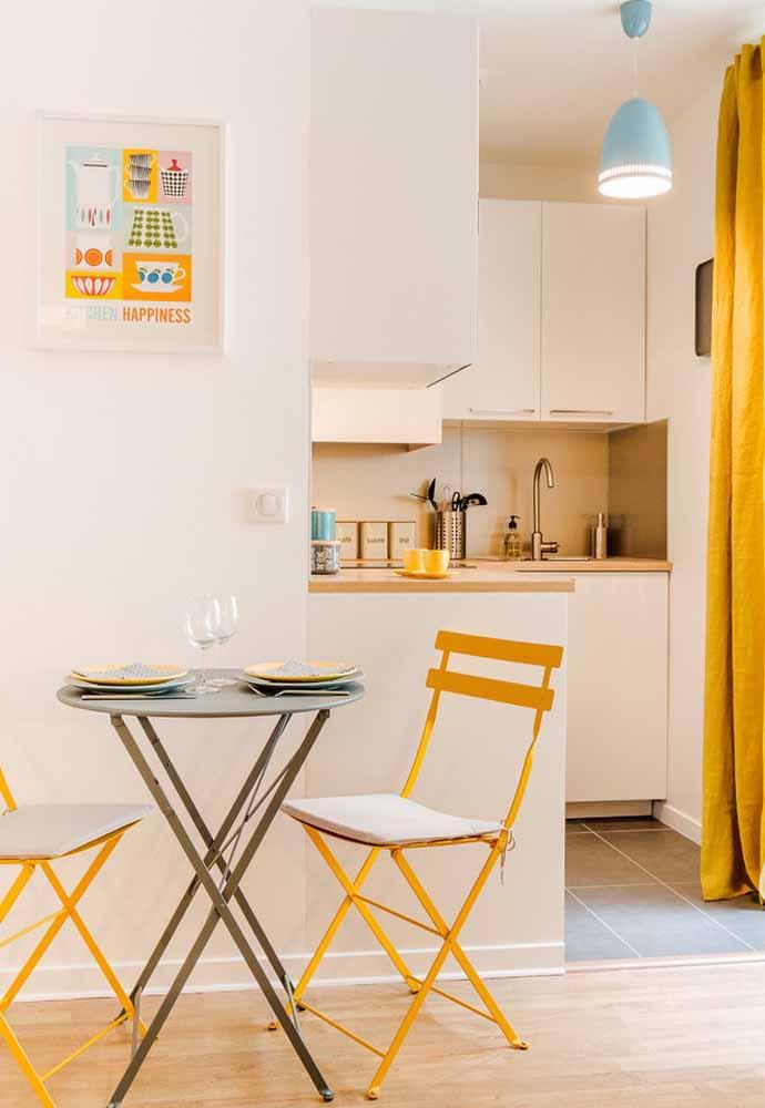 Uma pincelada em amarelo para dar mais personalidade e diversão para esta cozinha simples