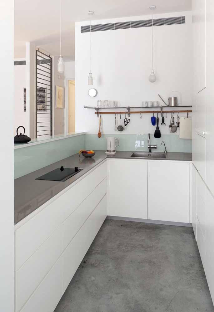 Cozinha simples e funcional sempre! Use prateleiras estreitas e muitos ganchos para deixar seus utensílios mais usados prontos para a ação do dia-a-dia