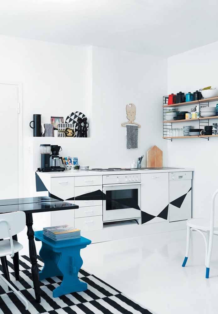 Dê personalidade para a sua cozinha simples com adesivos alto-colantes no formato que você preferir