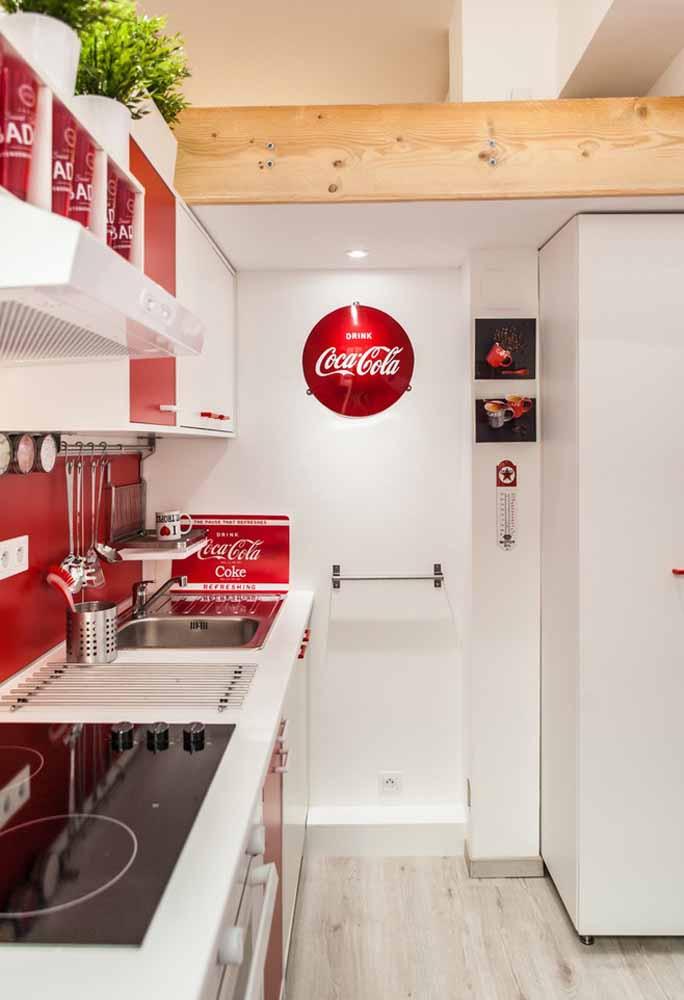 Uma decoração de cozinha simples em branco e vermelho para os amantes da Coca-Cola