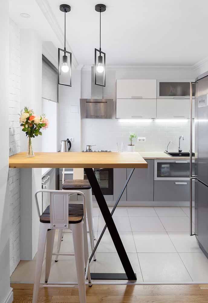 Uma bancada diferente chamando a atenção nesta cozinha simples