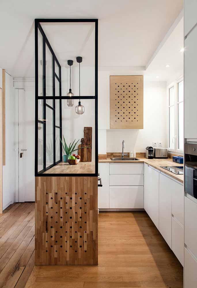 Para apartamentos pequenos, opte por divisórias de vidro para a sua cozinha, que delimitam mas não isolam completamente o local