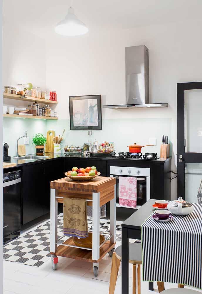 Os carrinhos ou bancadas móveis são ótimas opções para as cozinhas simples, pois se adaptam para diversos usos no cotidiano