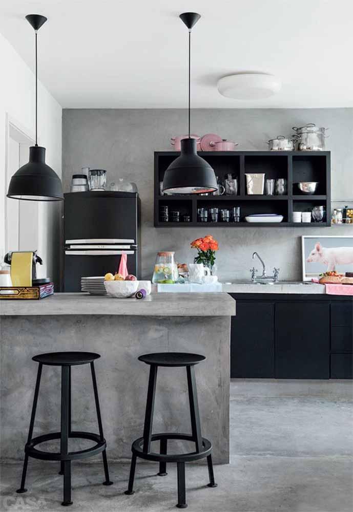 Cozinha simples em preto e cinza: aposte na decoração com utensílios coloridos para trazer mais alegria e quebrar o tom frio destas cores