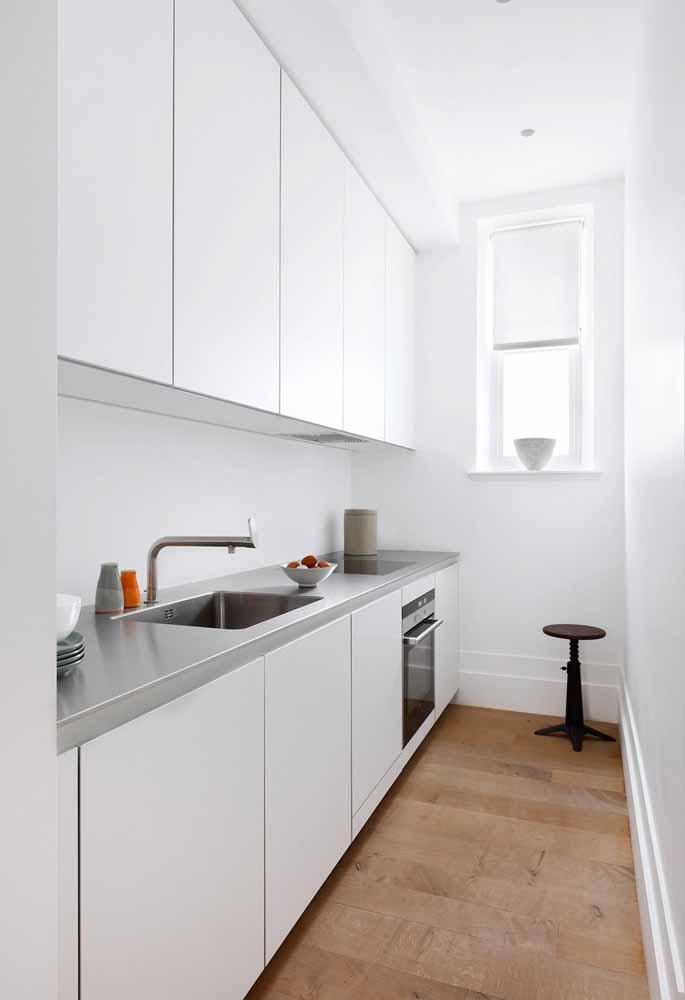 Cozinha simples e estreita em uma linha: funcionalidade e organização em espaço mínimo