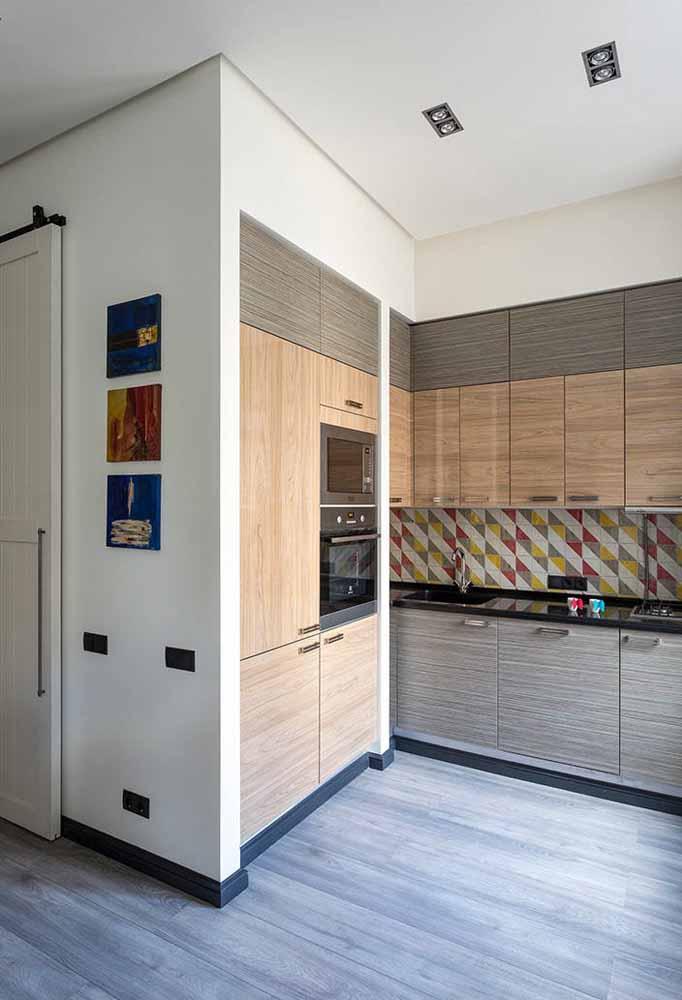 Embutir os armários na parede é uma ótima ideia para trazer a sensação de um espaço mais amplo para a sua cozinha