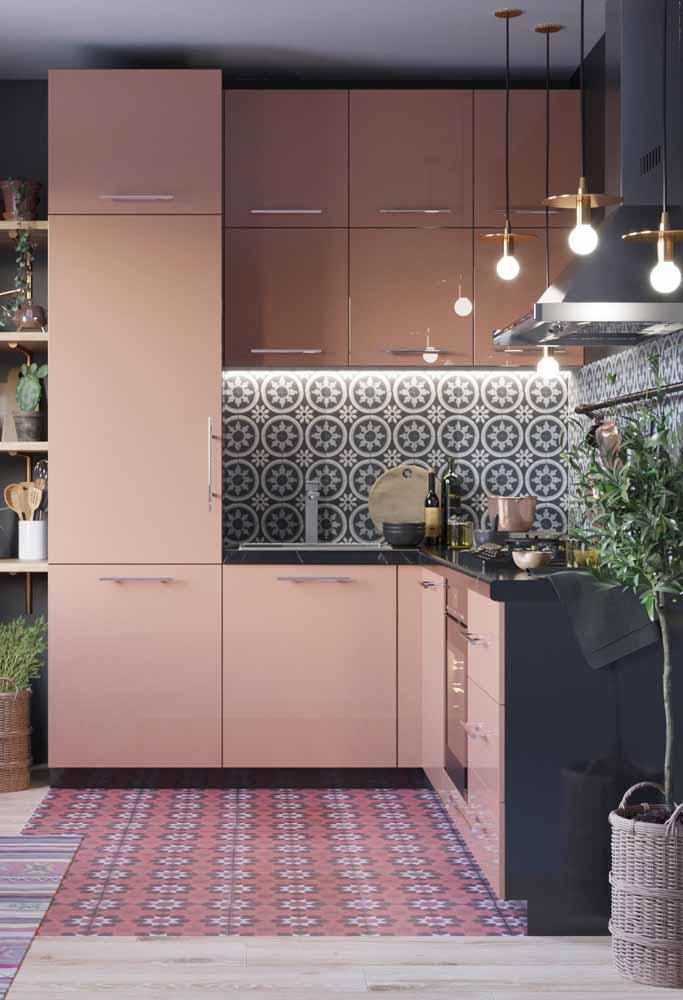 Cozinha simples alinhada às tendências contemporâneas: uma decoração em rosa e preto cheia de estilo