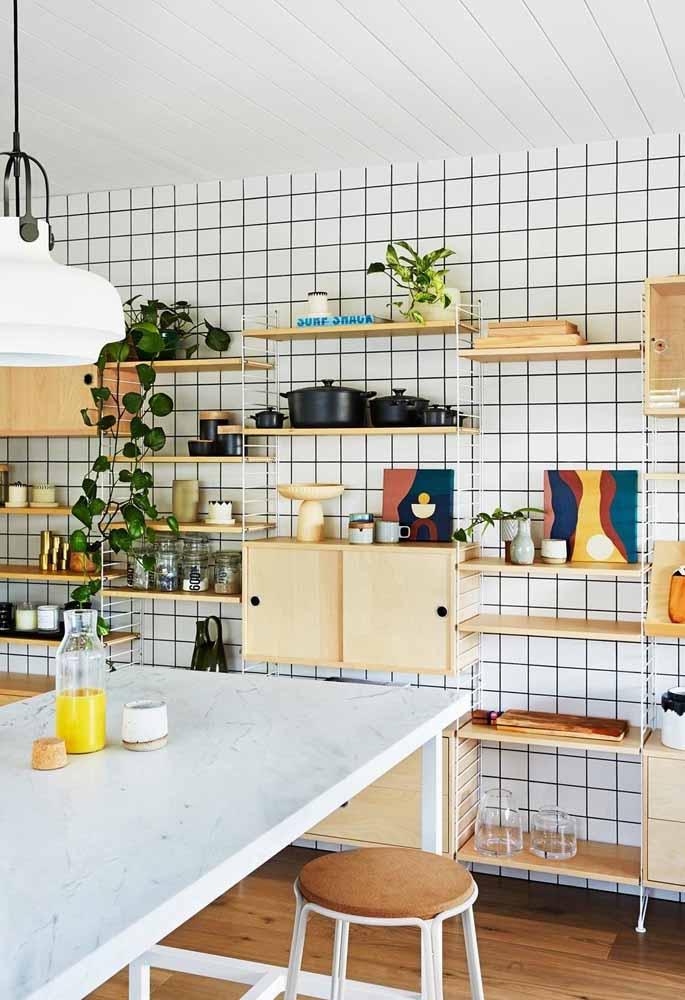 Armários predominantemente abertos que usam utensílios, plantas e uma decoração pontual fazem uma cozinha simples e cheia de afetos