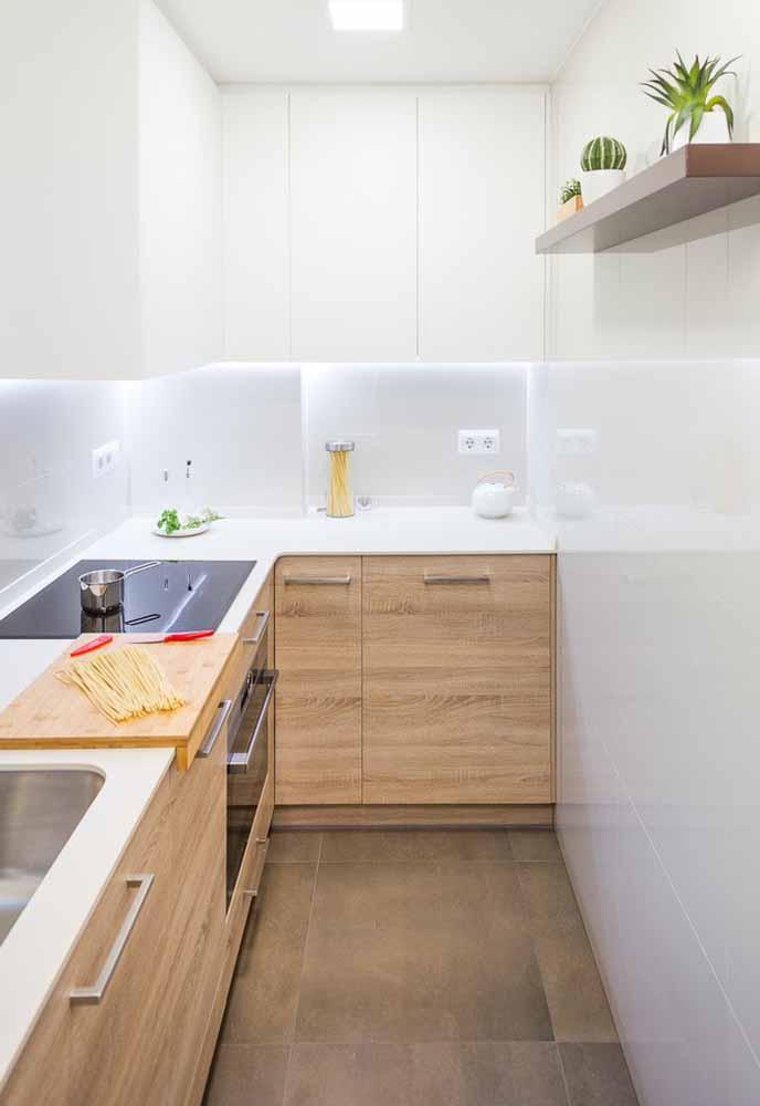 As prateleiras estreitas podem ser ótimas soluções para apoiar decorações sem ocupar espaço na sua cozinha