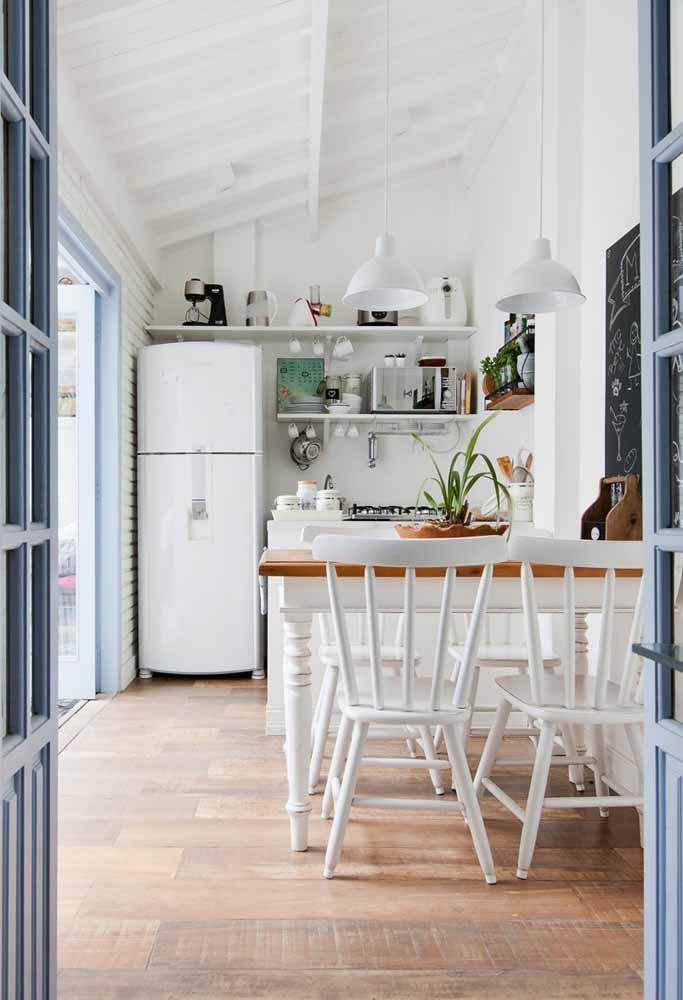 As prateleiras longas estão sendo utilizadas também nos níveis mais altos das paredes para abrigar utensílios pouco utilizados e também trazem um ar de cozinha simples para o seu ambiente