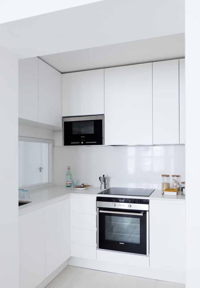 Os armários sem puxadores trazem mais uniformidade e simplicidade para a decoração da cozinha